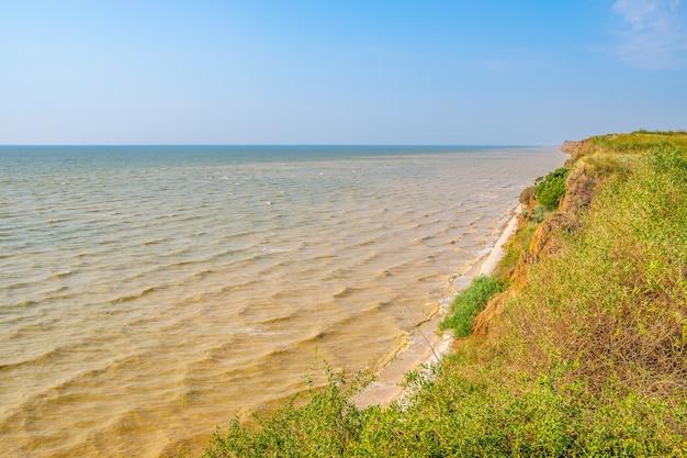 Widok na morze azowskie z wysokiego glinianego wybrzeża