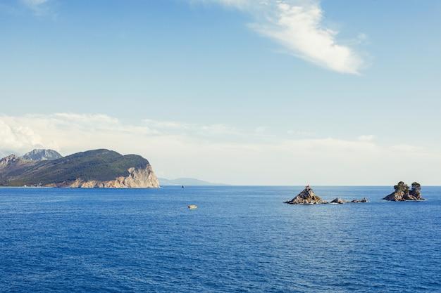 Widok na morze i góry. petrovac na moru w czarnogórze