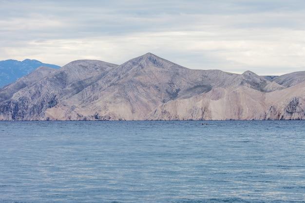 Widok na morze i góry pochmurna pogoda. wielkość i spokój krajobrazu