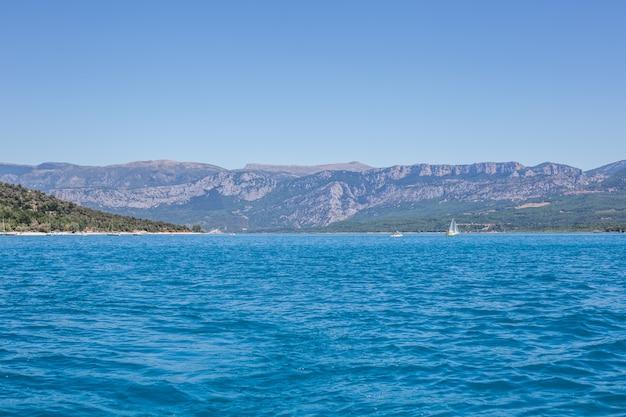 Widok na morze i góry przeciwstawia francji statek