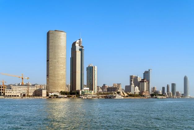 Widok na morze i miasto xiamen w chinach