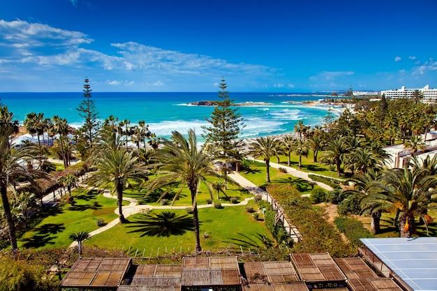 Widok na morze i plażę z pokoju hotelowego na cyprze