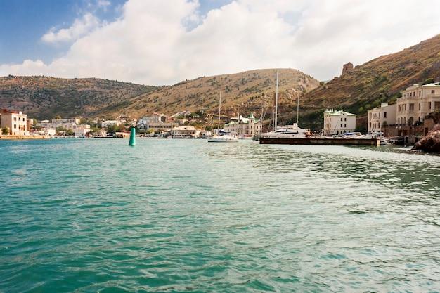 Widok na morze na jedyną w swoim rodzaju zatokę czarnomorską w rejonie balaklavy