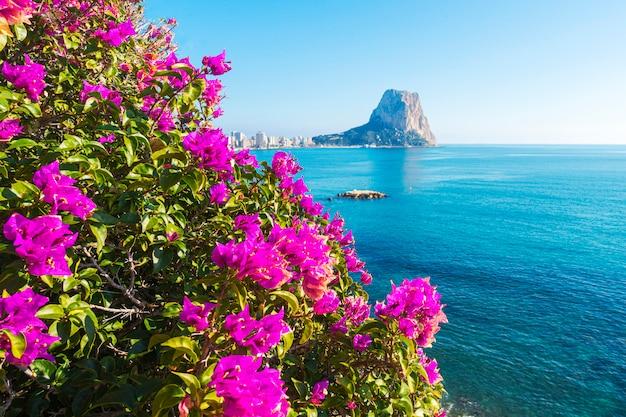 Widok na morze śródziemne, słynną skałę penon de ifach w calpe, w prowincji walencja, costa blanca, hiszpania