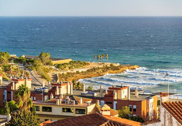 Widok na morze śródziemne w tarragonie w hiszpanii