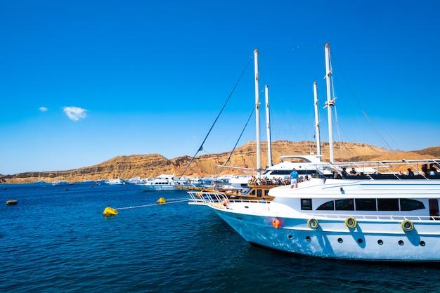 Widok na morze z białymi jachtami