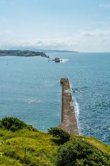 Widok na morze z parku przyrody saint jean de luz zwanego parc de sainte barbe, col de la grun we francuskim kraju basków