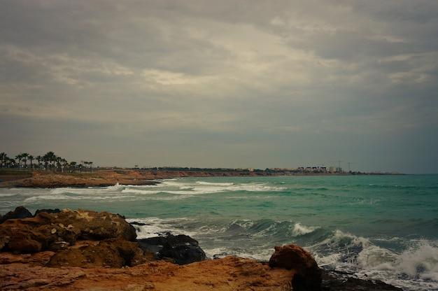 Widok na morze z plaży flamenca przy wietrznej pogodzie.