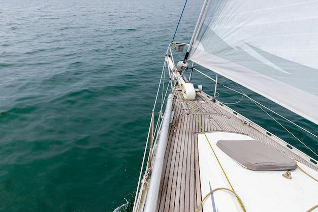 Widok na morze z pokładu jachtu żaglowego