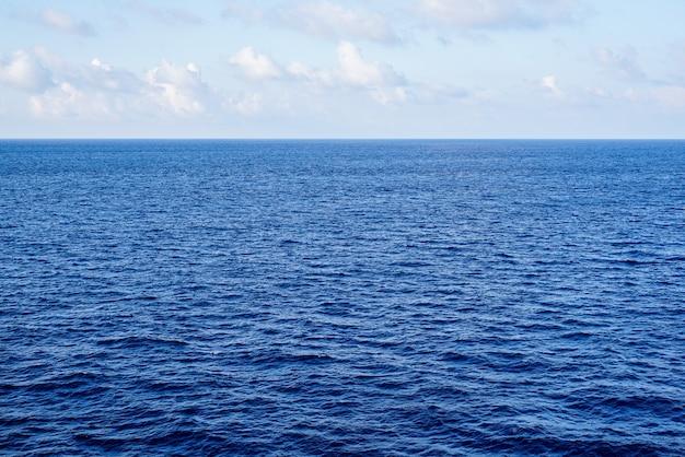 Widok na morze z rejsu statkiem