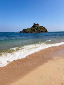 Widok na morze z tropikalnej plaży błękitnego nieba. letnia plaża. horyzont morza. wyspa tajlandii.