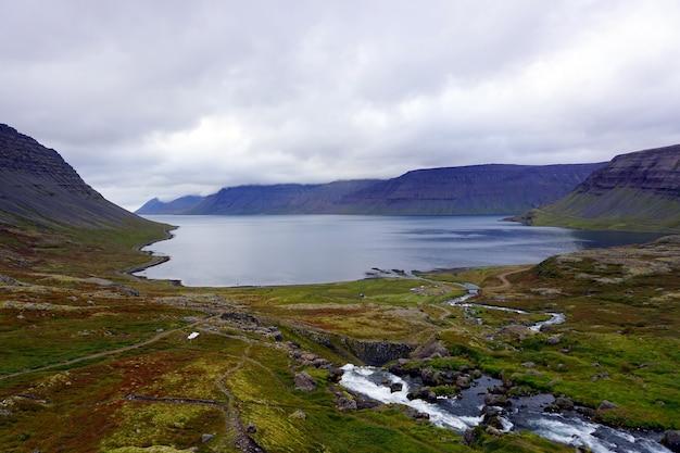 Widok na morze z wodospadu dynjandi, westfjords, islandia.