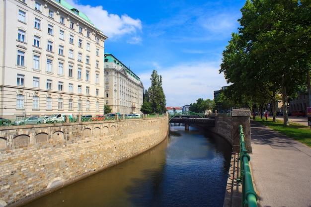 Widok na most art nouveau w wiedniu
