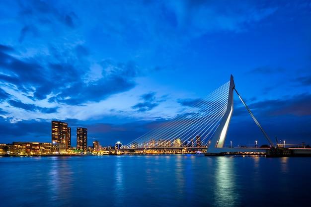 Widok na most erasmus erasmusbrug i panoramę rotterdamu rotterdam holandia