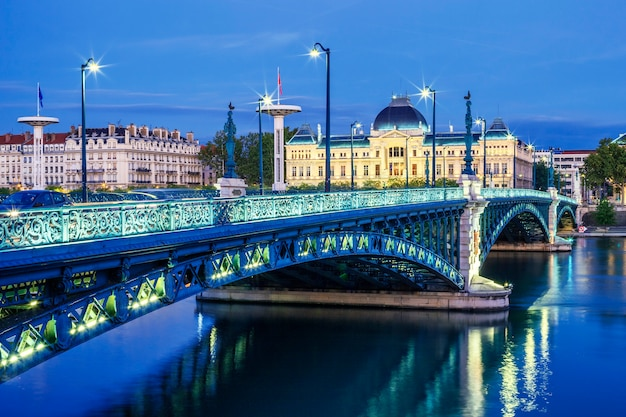 Widok na most i uniwersytet w lyonie nocą