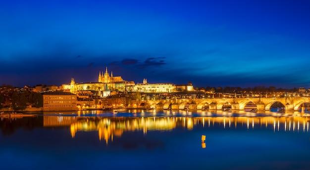 Widok na most karola karluv most i zamek prazsky hrad w zmierzchu panorama