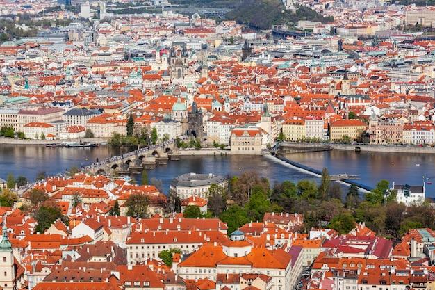 Widok na most karola nad wełtawą i stare miasto z petri