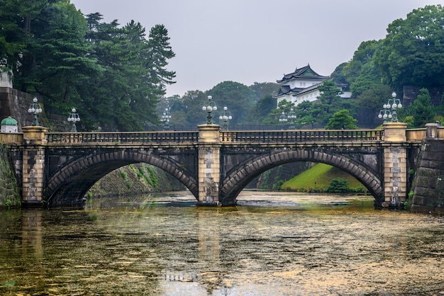 Widok na most meganebashi eyeglass bridge z kokyo gaien na duży plac przed pałacem cesarskim w tokio