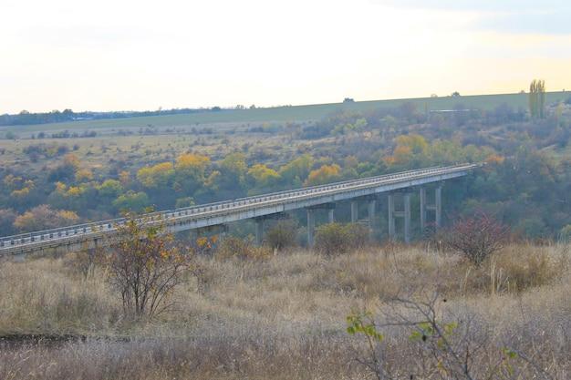 Widok na most przez rzekę południowy bug na ukrainie jesienią