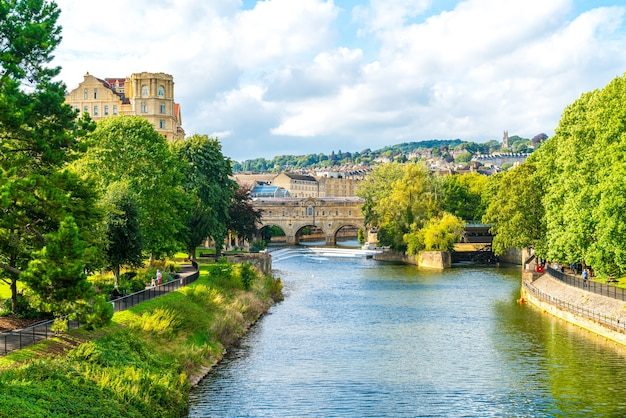 Widok na most pulteney nad rzeką avon w bath