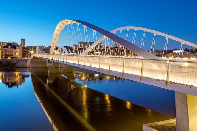 Widok na most schumana nocą, lyon, francja, europa.