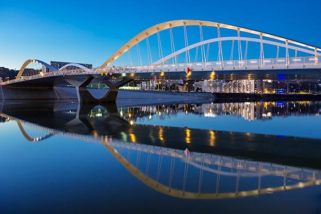 Widok na most schumana nocą, lyon, francja.