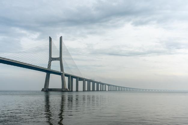 Widok na most vasco da gama w lizbonie, w mglisty dzień