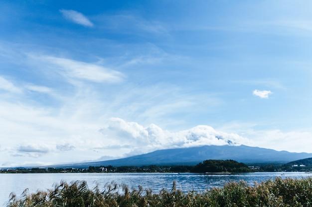 Widok na mt.fuji z kawaguchiko natural living center, kawaguchiko, japonia.