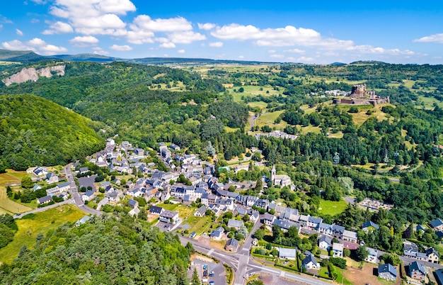 Widok na murol, wioskę w departamencie puy-de-dome we francji