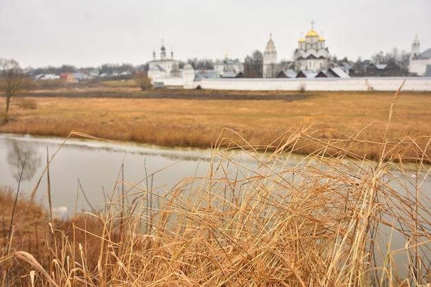 Widok na mury klasztoru wstawienniczego w suzdal