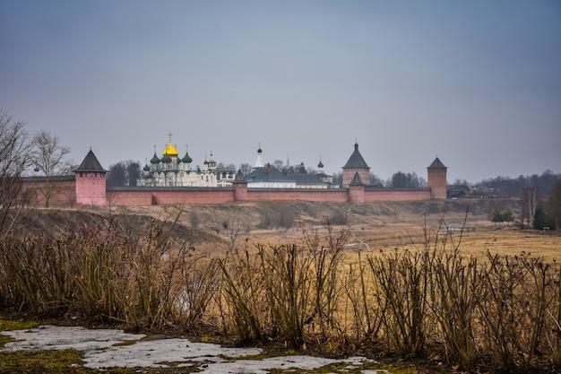 Widok na mury klasztoru zbawiciela eutymiusza
