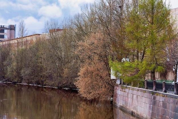 Widok na nabrzeże miejskie w panoramie miasta st petersburg wczesną wiosną