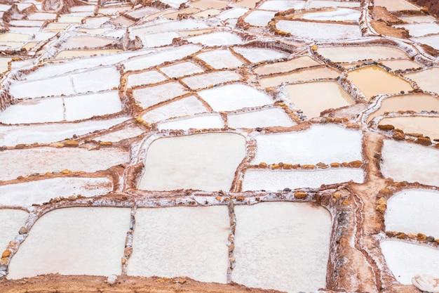 Widok na naturalne baseny solne w las salineras de maras w świętej dolinie cusco. peru