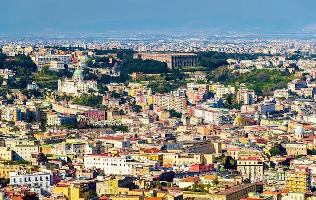 Widok na neapol z bazyliką madre del buon consiglio i pałacem capodimonte