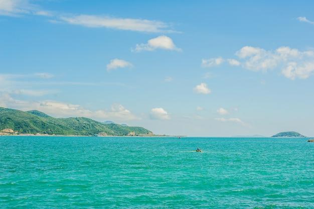 Widok na nha trang i wzgórza z przylądka hon chong, kamień ogrodowy, popularne miejsca turystyczne w nha trang. wietnam
