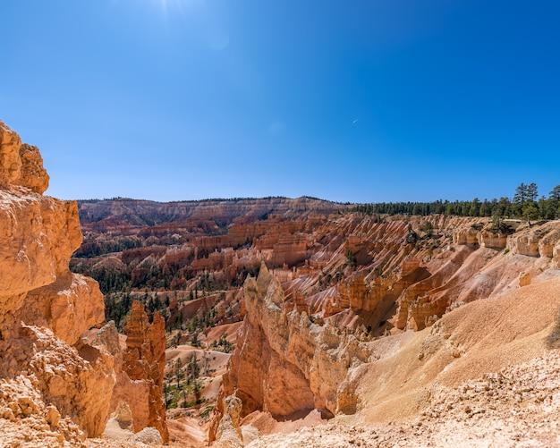 Widok na niesamowite formacje z piaskowca hoodoos w malowniczym parku narodowym bryce canyon w słoneczny dzień. utah, stany zjednoczone