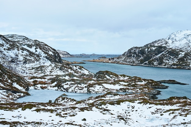 Widok na norweski fiord lofoty norwegia