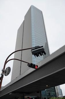 Widok na nowoczesny budynek miejski