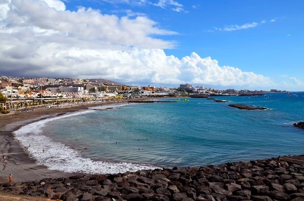 Widok na ocean i linię brzegową w costa adeje, teneryfa, wyspy kanaryjskie, hiszpania.