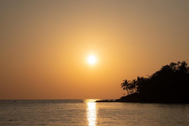 Widok na ocean o zachodzie słońca. słońce nad morzem na pomarańczowym niebie.