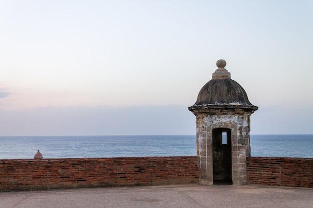 Widok na ocean z morro de san juan w starym san juan