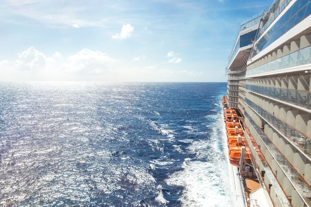 Widok na ocean z pokładu statku wycieczkowego w jasny dzień