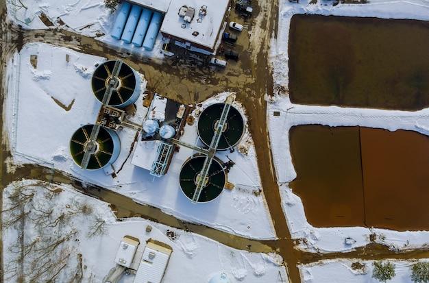 Widok na oczyszczalnię ścieków w okresie zimowym z zanieczyszczeniem środowiska ekologicznego oczyszczalni ścieków