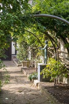 Widok na ogród urzędu stanu cywilnego w maidstone