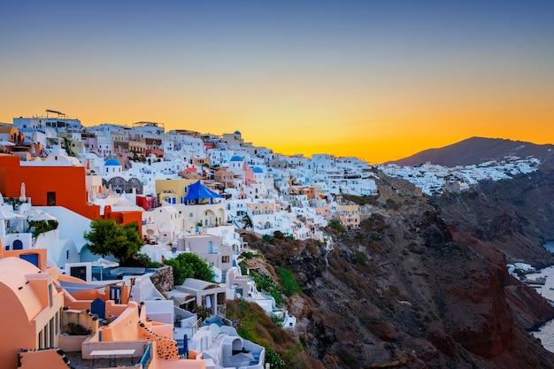 Widok na oia o wschodzie słońca, santorini, grecja