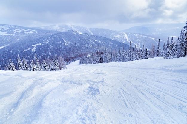 Widok na ośrodek narciarski szeregesz z góry utya. niebo w chmurach, zimowy krajobraz, zimno.