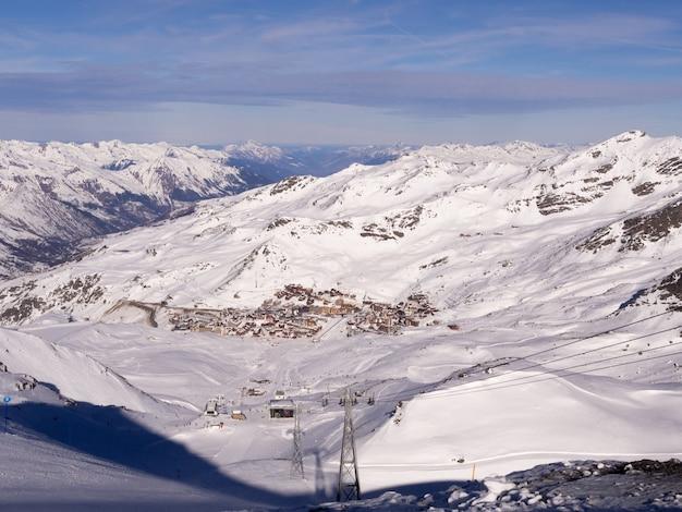Widok na ośrodek narciarski w śniegu