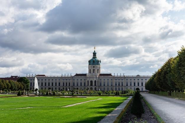 Widok na pałac charlottenburg, dzielnicę gminy charlottenburg-wilmersdorf