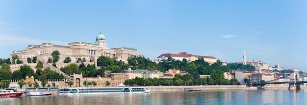Widok na pałac królewski w budapeszcie rano i most łańcuchowy (po prawej).