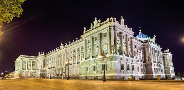 Widok na pałac królewski w madrycie w hiszpanii